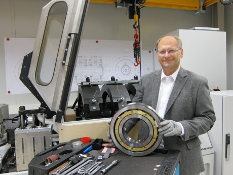 Thomas Langer, MSc., Development and Testing Manager at NKE, presents the new rolling bearing test rig RAX380.